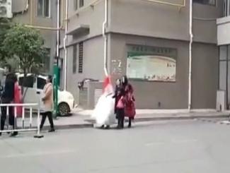 新娘子走路娶进门?新郎业主没买车位 婚车也不能进小区