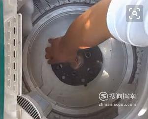 怎样自己动手巧拆洗衣机波轮盘