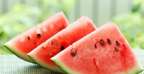 夏天该如何吃西瓜?,照着学就行了