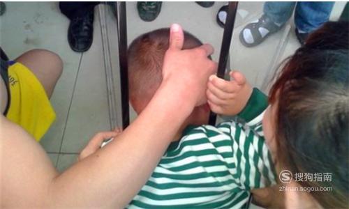 孩子头被夹在凳子里应该怎么办?,专家详解