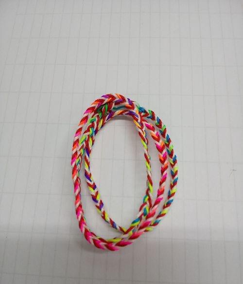 手工编织:彩色手链的