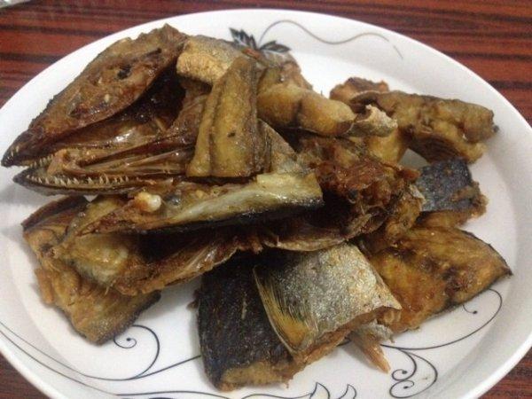 干鱼怎么做好吃?蒜香咸香的青蒜烧干鱼做法 来充电吧