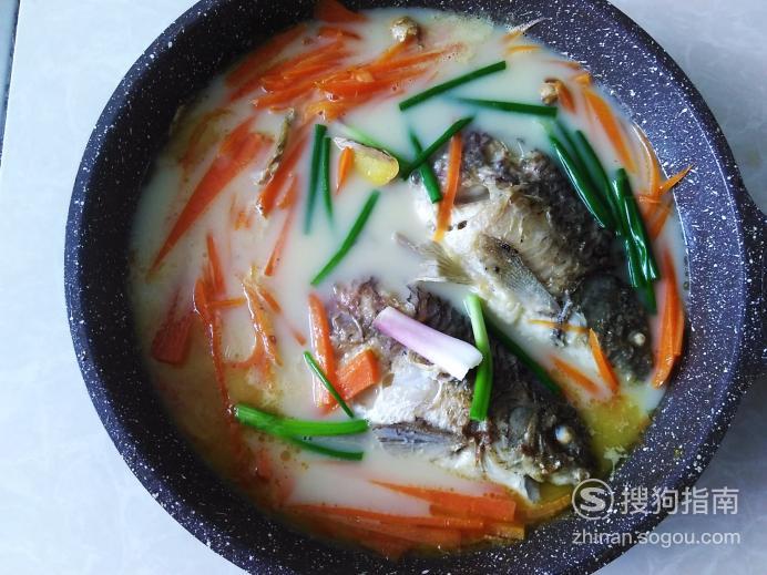 红萝卜炖鲫鱼汤的做法 具体内容
