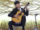 吉他少年秀超凡琴技 酷似都教授