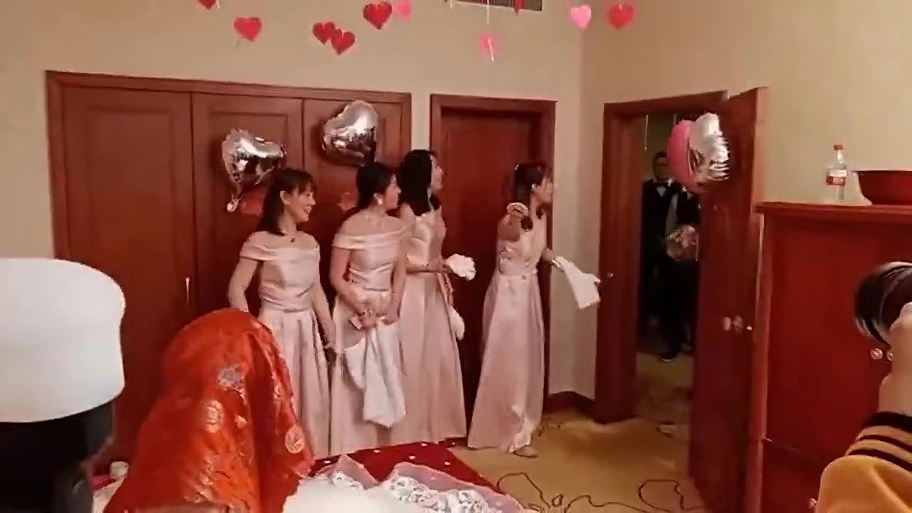伴娘一看就是过来人,好好的婚礼,硬是被她搞成了洗浴中心