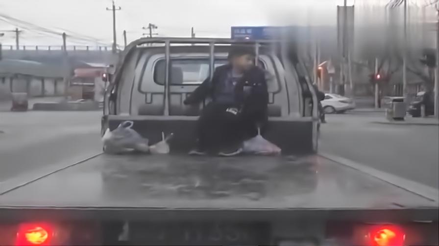 这孩子是充话费送的吧,父母坐在驾驶舱让孩子坐后面受冻!