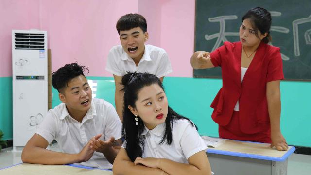 女同学模仿老师,上台就让老师滚出去,结果被老师请家长!