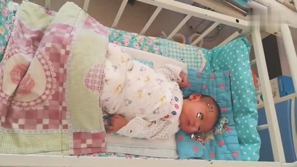躺在小床上的儿子 小家伙真可爱呢