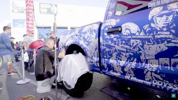 车身雕刻技术是啥?艺术家在汽车上作画,这定制车膜你想不想要?