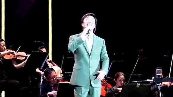 费玉清演唱会深情演绎《囚鸟》经典老歌,小歌唱得太好听了