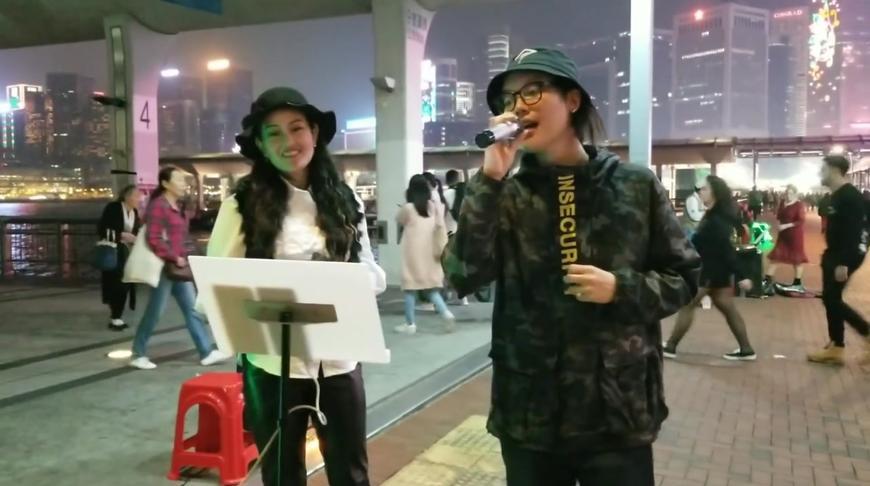 香港街头母子合唱一曲《相思风雨中》唱得用心,配合默契