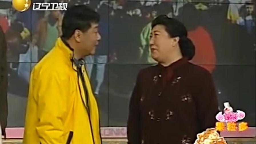 想忽悠老人在他这买衣服,范伟学到了赵本山的功夫,把老太忽悠