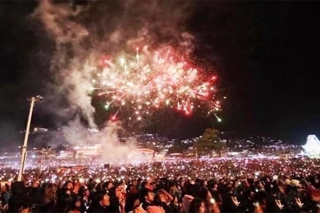 热气球升空后火球掉落,观众四散逃窜,一名观众全身被烧