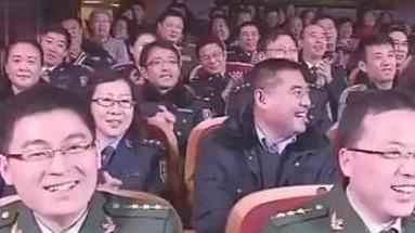 赵本山经典小品,舍不得删,台下的军人都大笑了