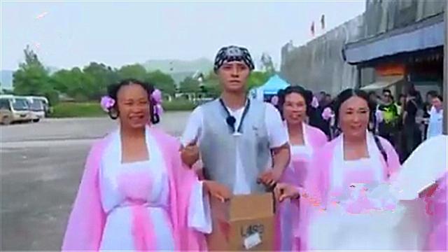 """""""空虚公子""""罗志祥带领丫鬟再现江湖 黄渤一旁撒石子"""
