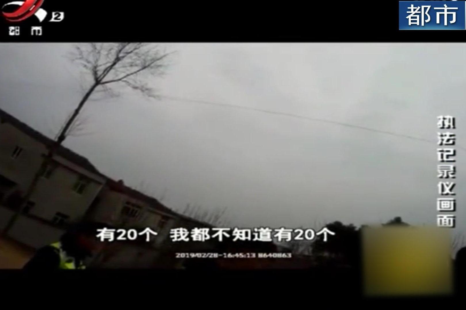 """五菱宏光车主学印度超载 """"我只拉了十个"""" 交警:撒谎都不眨眼"""