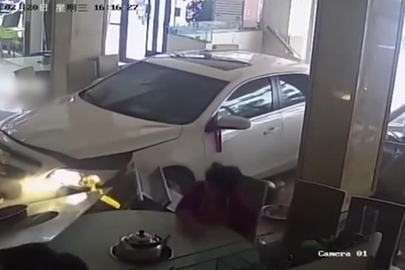 新手司机误把油门当刹车 一头冲进路边火锅店 大妈与死神擦肩而过