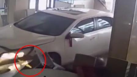 司机一脚油门怼进火锅店 险撞玩手机的大妈