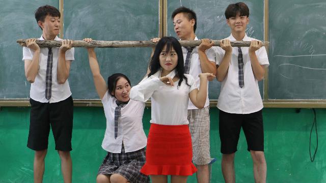 老师被车撞了,学生送根拐杖给老师,结果见到老师尴尬了