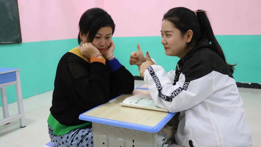 女同学和老师说话,没想老师被女同学夸得老师笑的合不拢嘴,真逗