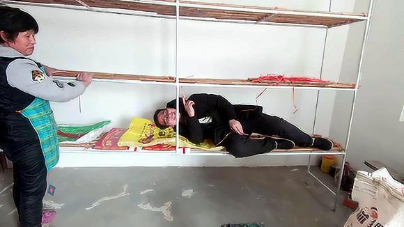 农村婆婆做货架子,媳妇担心质量不好,老公直接躺在上面睡觉
