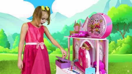 美国少儿时尚,小萝莉在爱玩装扮游戏,真有趣呀